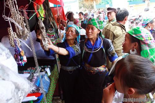 say cung phien cho vung cao - Người dân vùng cao trải nghiệm công nghệ mới