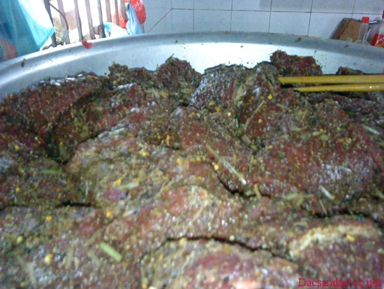 cach lam thit trau gac bep dien bien 1 - Lên Điện Biên xem người Thái đen làm thịt trâu gác bếp