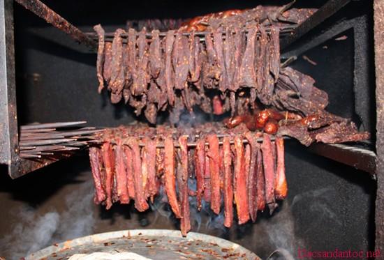 cach lam thit trau gac bep dien bien 2 - Lên Điện Biên xem người Thái đen làm thịt trâu gác bếp