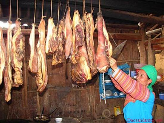 cach lam thit trau gac bep dien bien 4 - Lên Điện Biên xem người Thái đen làm thịt trâu gác bếp
