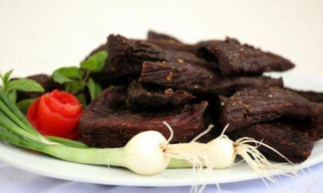 Khâu chế biến thịt trâu gác bếp khá công phu. (Ảnh: dacsan)