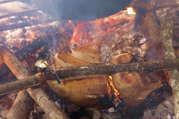 """Lợn cắp nách Lai Châu (hay còn gọi là lợn lửng) là một món ăn đặc trưng núi rừng Tây Bắc. Vì lợn chỉ cỡ 20kg nên người dân có thể cho vào gùi, xách tay, thậm chí cắp vào nách, vì thế mới có tên """"lợn cắp nách""""."""