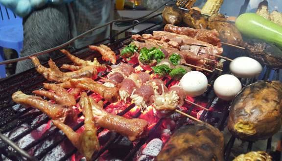 Món nướng Sapa, Lào Cai: Sapa không chỉ hấp dẫn du khách bởi vẻ đẹp thiên nhiên hoang sơ, khi hậu lạnh và trong lành mà còn bởi ẩm thực vô cùng phong phú. Bạn có thể thử nhiều món lạ, nhưng nhất định đừng quên thưởng thức đồ nướng Sapa.