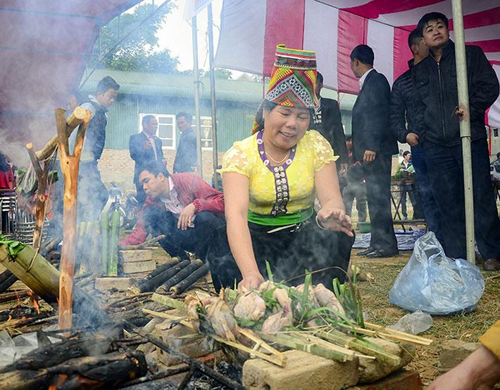 Thịt xiên được tẩm gia vị và nướng trên than hồng.