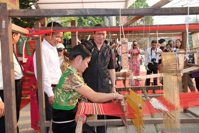 hoi tu dac san cua 3 vung van hoa - Tái hiện lễ hội của các dân tộc Việt Nam