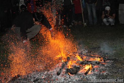 ky bi le nhay lua cua nguoi pa then - Kỳ bí lễ nhảy lửa của người Pà Thẻn