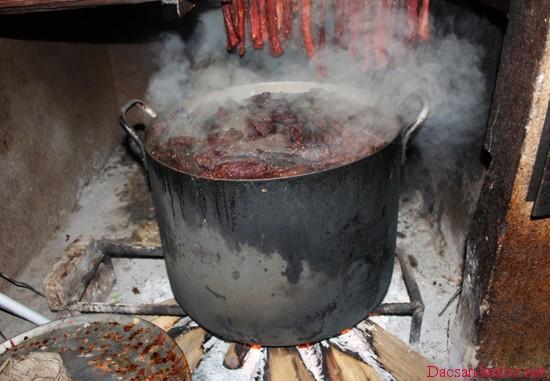 len dien bien xem nguoi thai den lam thit trau gac bep 5 - Lên Điện Biên xem người Thái đen làm thịt trâu gác bếp