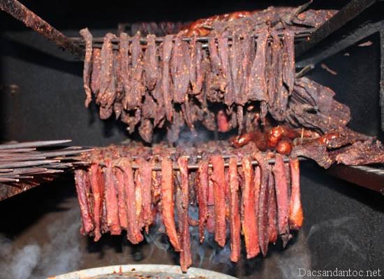 top 10 mon an noi tieng khong nen bo qua khi du lich ha giang - Lên Điện Biên xem người Thái đen làm thịt trâu gác bếp