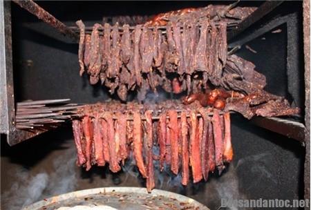 vi khoi trong mam com tet nguoi mien nui - Mới lạ thịt khô gác bếp làm quà biếu Tết